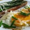Szparagowa grzanka z jajkiem sadzonym