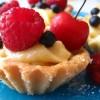 Babeczki z kremem i owocami