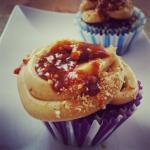 Czekoladowo-kawowe muffinki z kremem orzechowym i solonym karmelem