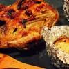 Kaczka pieczona oraz jabłka faszerowane żurawiną i kozim serem