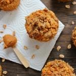 Orkiszowe muffinki z jabłkiem i masłem orzechowym