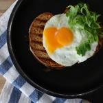 Tosty z sosem beszamelowym i jajkiem sadzonym