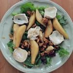 Jesienna sałatka z karmelizowanymi gruszkami, orzechami włoskimi i kozim serem