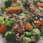 Kasza jaglana z brokułem, indykiem, prażonymi pestkami i sosem z gorgonzoli