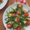 Ziemniaczki z groszkiem, szparagami i ziołowym sosem chrzanowym