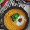 Błyskawiczny marchewkowy krem z ciecierzycą i harissą