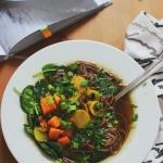 Zupa miso z kurkumą, topinamburem i makaronem soba